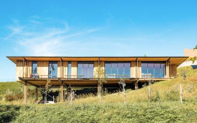 Une maison bois sur pilotis lumineuse pour vivre dedans/dehors par Beltza Architecture