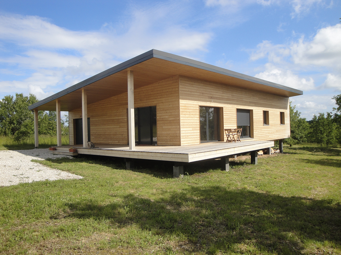 Maison contemporaine en ossature bois par evobois la for Maison monopente contemporaine