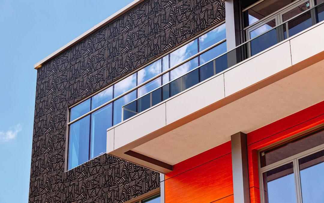 Des modules photovoltaïques personnalisables pour rendre les façades des maisons bois productives