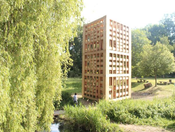 Une tour potagère en mélèze pour densifier les cultures végétales en ville
