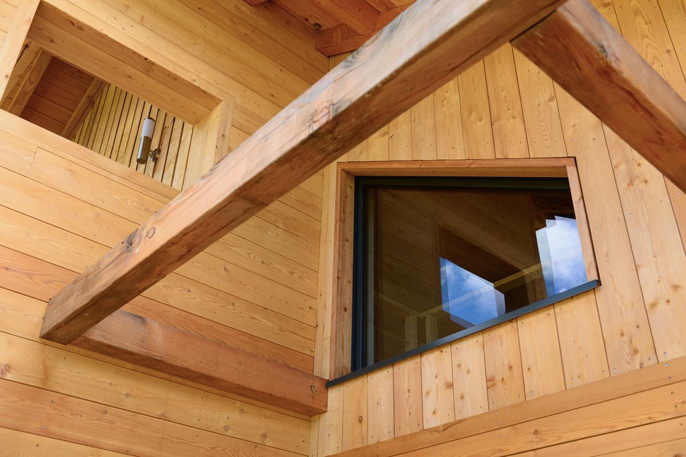 Une famille d 39 autoconstructeurs construit un superbe for Maison chalet bois