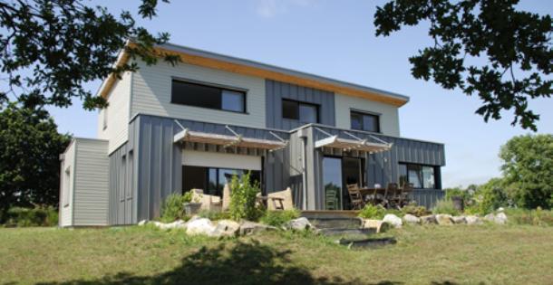 Un cube de zinc la maison bois par maisons for Construction bois zinc