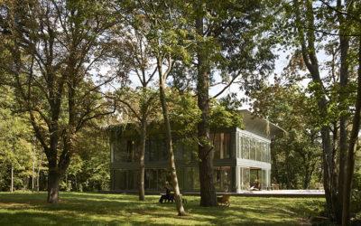 Philippe Starck et Riko lancent PATH, une gamme de maisons bois et verre préfabriquées