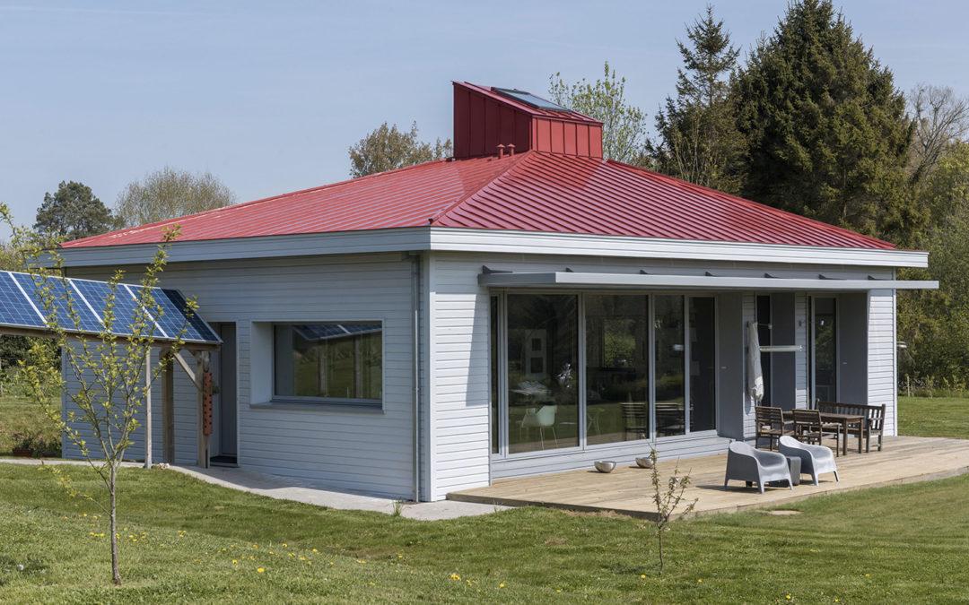 Maison passive en bois, toiture colorée en bac de zinc