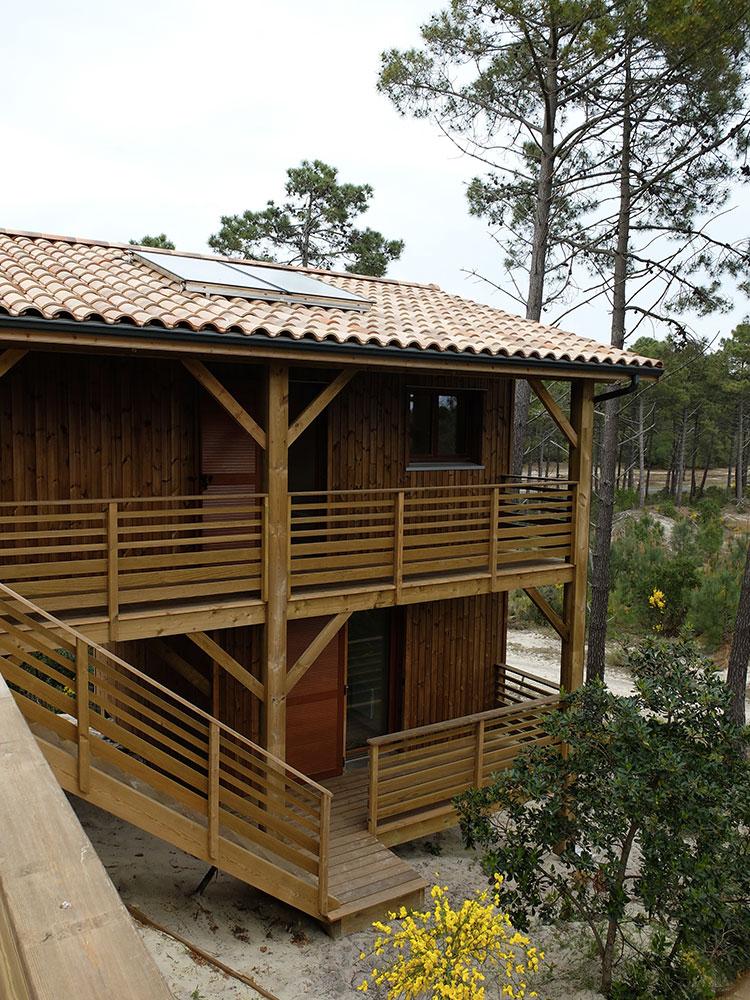 Une maison bois sur pilotis dans une pin de en aquitaine for Maison bois aquitaine