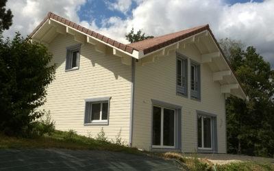 Maison en madriers de bois avec ITE par Chalets Boisson