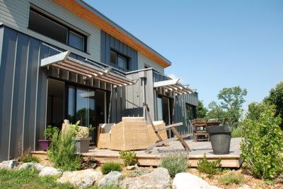un cube de zinc la maison bois par maisons. Black Bedroom Furniture Sets. Home Design Ideas