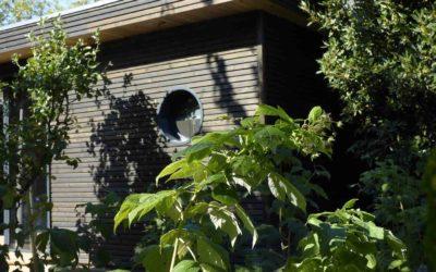 Studio de jardin indépendant en ossature bois avec toiture végétalisée par Be Bois
