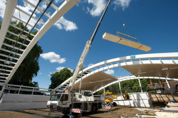 Structure de toit légère avec des caissons Kerto-Ripa pour un tennis couvert
